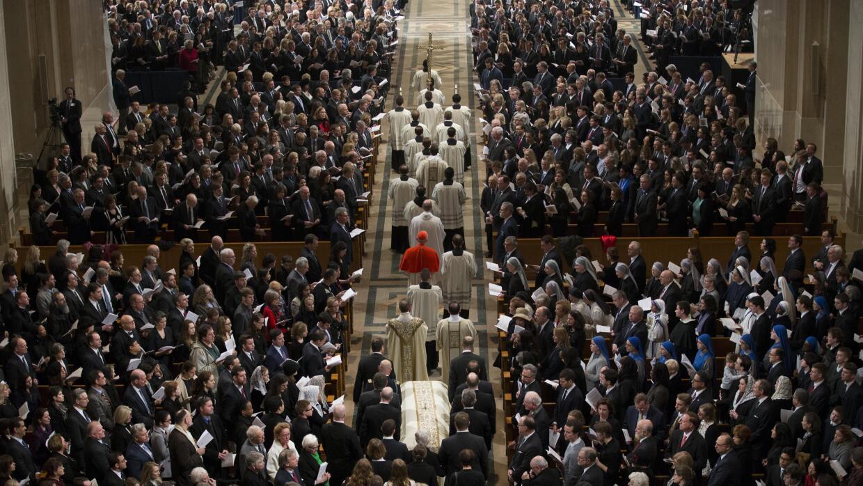 Procesión durante la misa fúnebre.