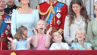 Con sonrisas y llanto, los principitos Charlotte y George conquistan al mundo desde el palacio real