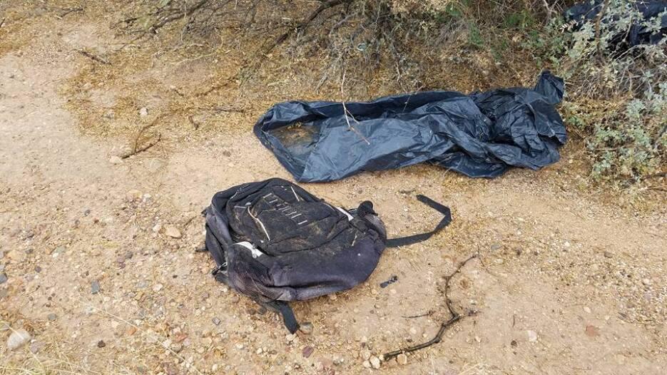 Pertenencias que indocumentados dejaron en el desierto.