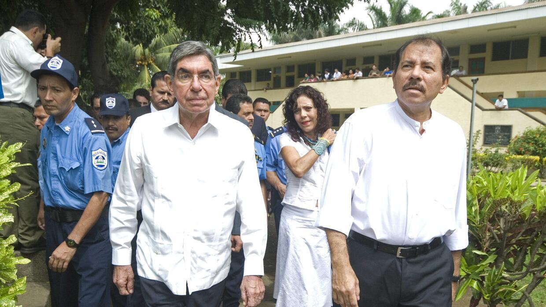 El expresidente de Costa Rica, Oscar Arias (izquierda) y el entonces exp...