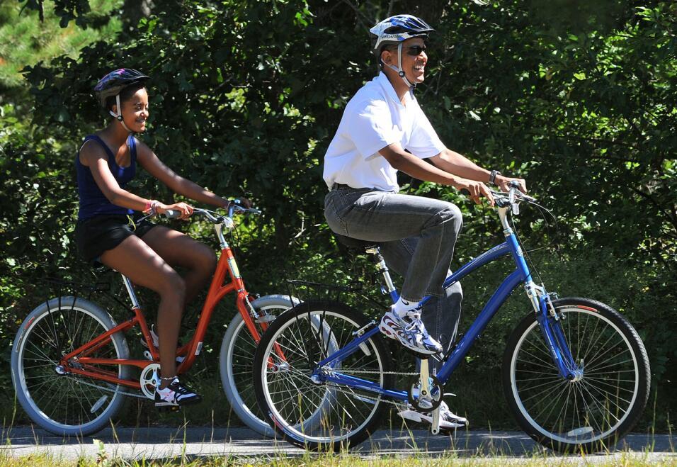 Malaia disfruta de un paseo en bici con su papá en los Viñedos de Martha...