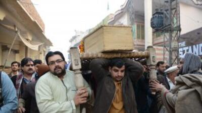 Pakistán despide con un funeral masivo a algunas de las casi 150 víctima...