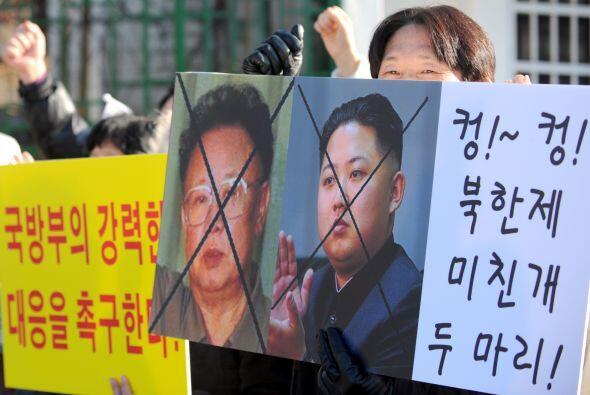 KIM JONG IL.-Es un político y militar norcoreano. Se le ha consid...