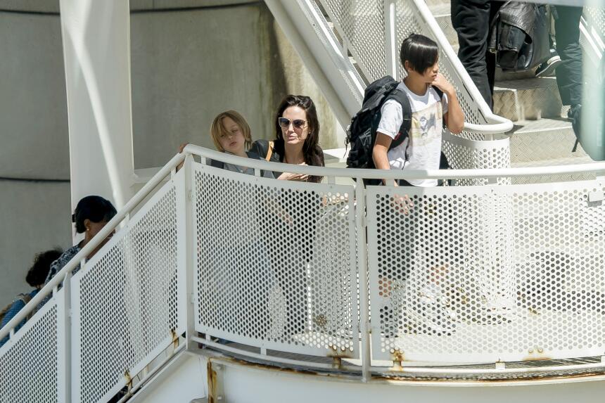 Toda la familia llegando a la terminal.