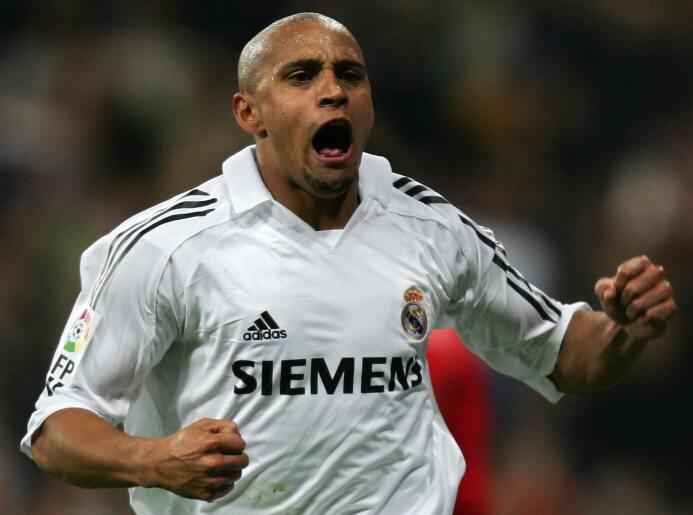 Defensa: Roberto Carlos, también de la edición FIFA 2005. El brasileño,...