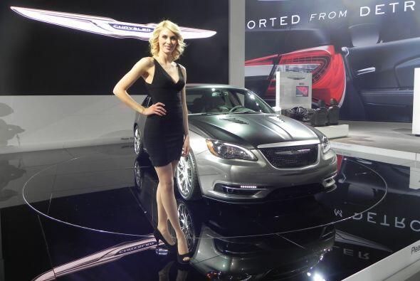 ¡Qué rubia y qué tremendo modelo nuevo de Chrysler!