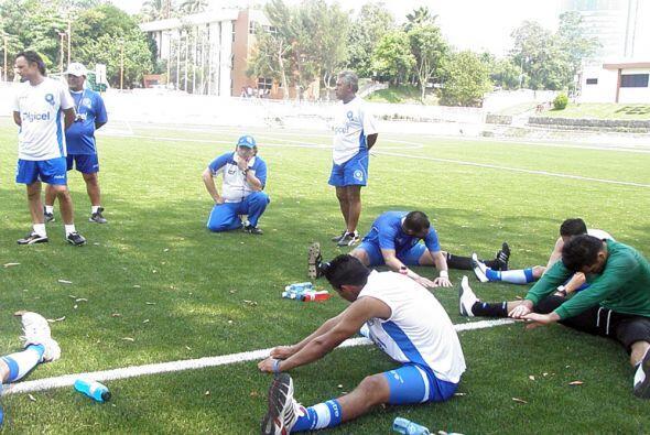 Muy reflexivo el entrenador uruguayo mientras sus jugadores trabajan con...