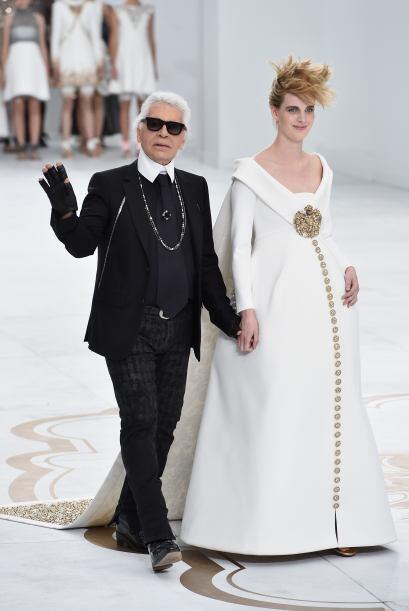 Karl Lagerfeld presentó una colección de alta costura renovada, inspirad...