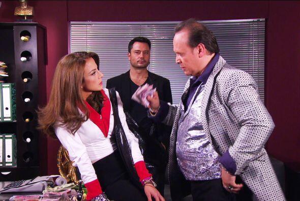 No le creas nada a don Doroteo, Ana. El Johnny no está en Tijuana. ¡Lo t...