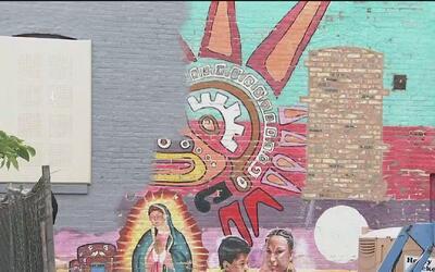 Con un altar improvisado, protestan por la eliminación de unos murales i...