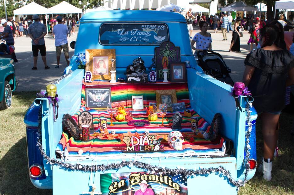 Altares, música, piñatas, papel picado, exhibición de autos antiguos, ca...