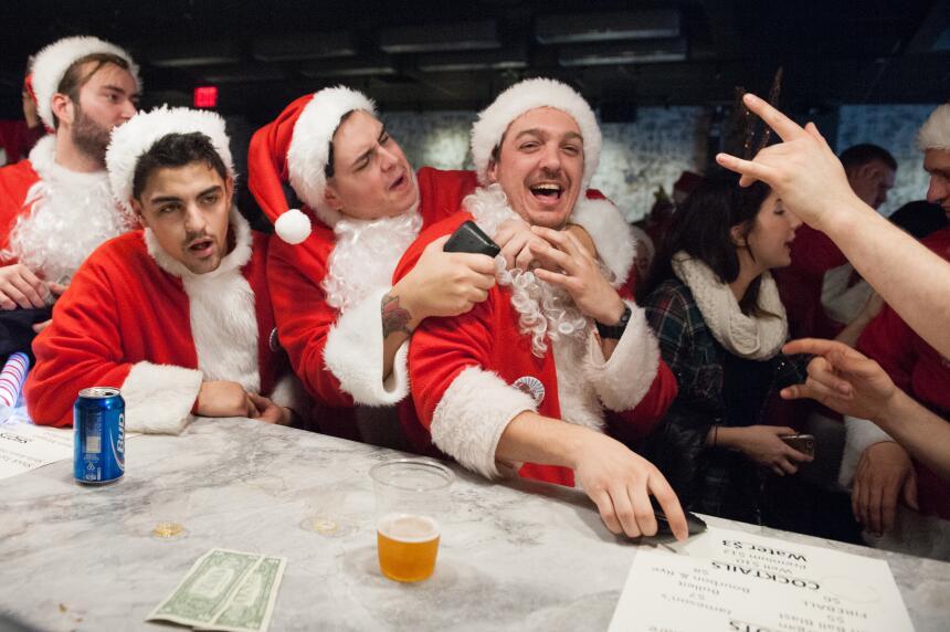 El ambiente festivo se coló en los bares y las calles de la ciudad en el...