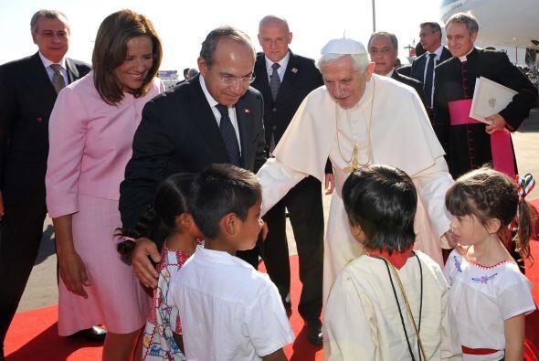 Un grupo de niños entregó un cofre a Benedicto XVI que contenía tierra m...