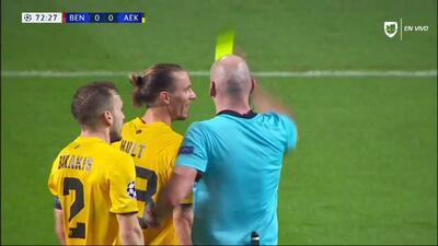 Tarjeta amarilla. El árbitro amonesta a Niklas Hult de AEK Athens