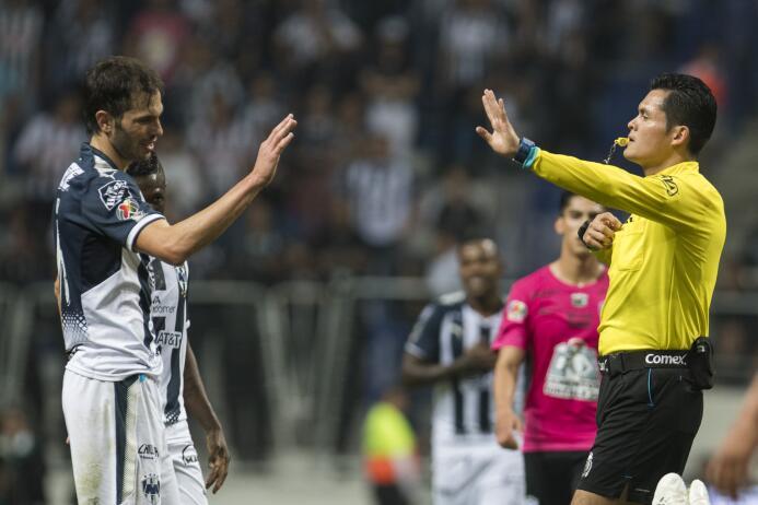 Antes de terminar la primera mitad, el defensor José Basanta se salvó de...