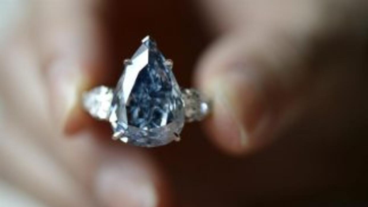 "Una empleada de Sotheby's muestra el diamante ""The Blue"", de 13.22 kilates."