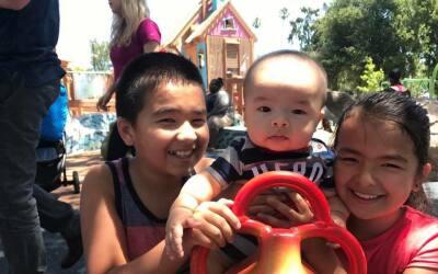 Kelvin Hodges (11 años), Lucas Hodges (7 meses) y Julie Hodges (9...