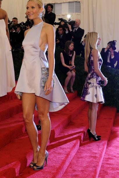 Gwyneth Paltrow también se fue con Prada para este mini-vestido que divi...