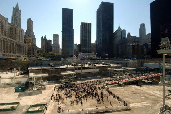 Un espejo de agua en donde estaba el antiguo World Trade Center está rod...
