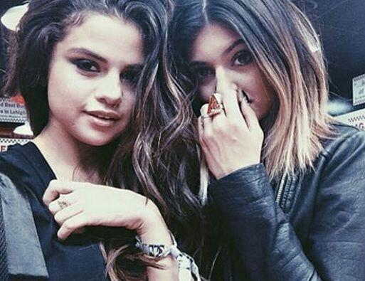 Selena pasó todo el fin de semana del festival al lado de sus nuevas y e...