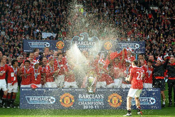 No podía faltar la lluvia de champagne sobre el plantel campeón.