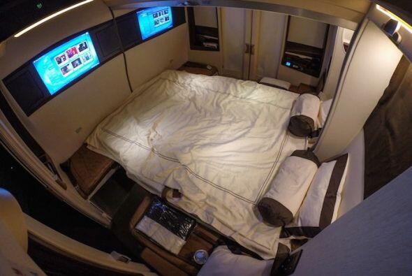 Tu suite se convierte en una cama doble.  Una cama doble en un avión...q...