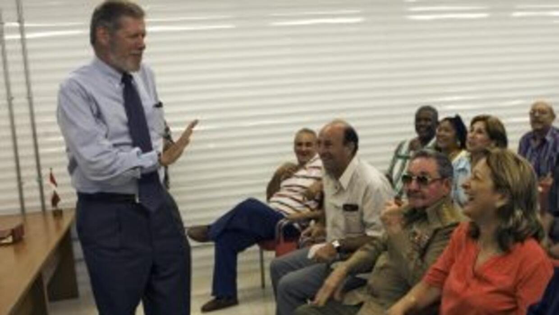 Yadira García, Raúl Castro y Ian Delaney, de Sherrit, bromean, antes qu...