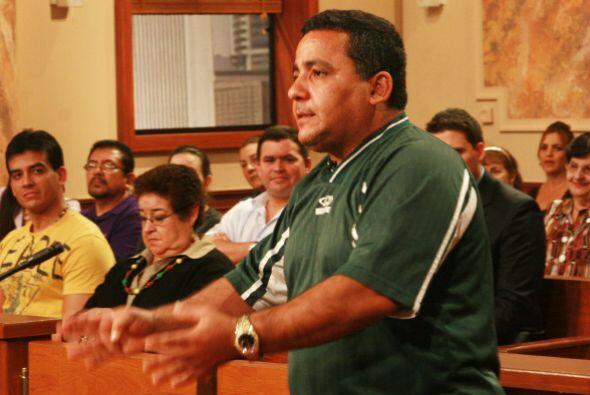 El padrastro se niega al cien por ciento a apoyar a Ramiro en su sueño.
