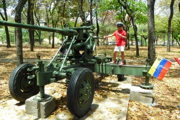 Una niña modelando sobre una ametralladora móvil.
