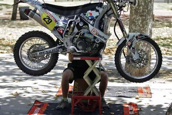 Los mecánicos hicieron ajustes de última hora para dejar todas las motos...