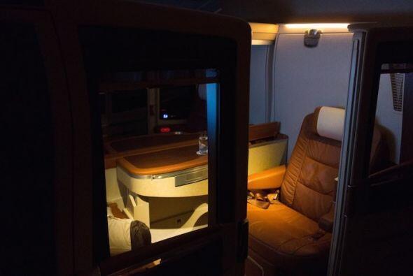 A la hora de dormir, la tripulación baja las luces para que te relajes.