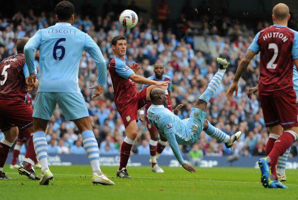 El primer gol de la goleada fue obra de Mario Balotelli de chilena.