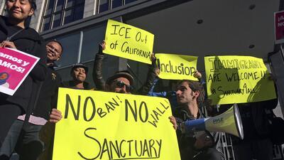 Manifestantes sostienen pancartas fuera de una corte en donde un juez fe...