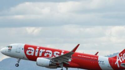 Un Avión de AirAsia similar al accidentado en el mar de Java, Indonesia,...