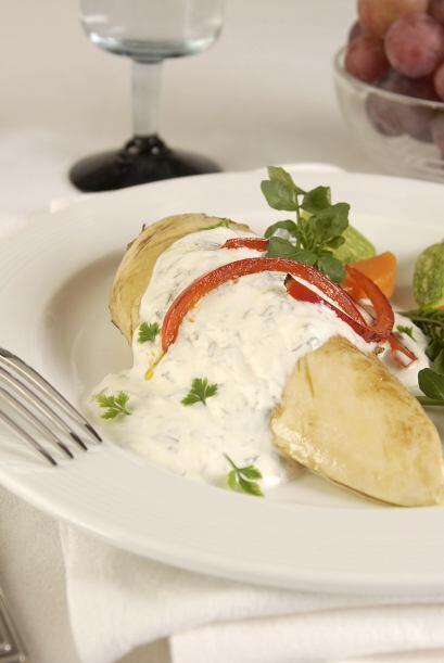 Agrega mayonesa, cebolla, estragón fresco, sal y pimienta al gusto. ¡Fac...