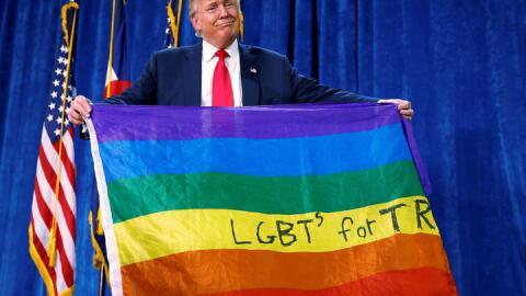 Donald Trump, con una bandera arcoíris, durante un mitin en la ca...