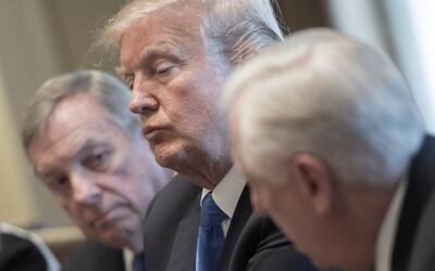El presidente Donald Trump junto al senador Richard Durbin (demóc...