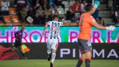 Víctor Guzmán celebra su gol ante Puebla.