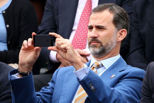 El príncipe Felipe llegó acompañado al parisino complejo de Roland Garro...