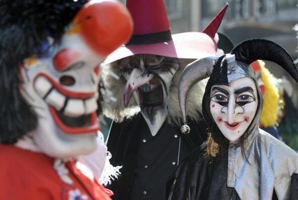 Personas disfrazadas participan en un desfile durante el carnaval para l...