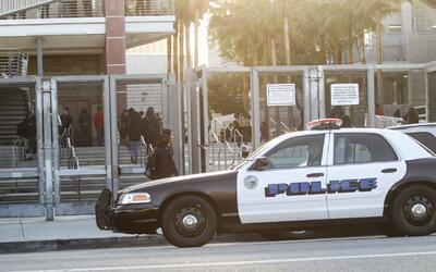 Buscan restringir las acciones de policías dentro de las escuelas de Los...