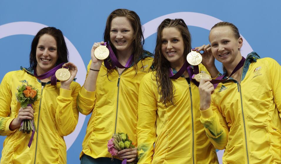 Las australianas Cate Campbell y Brittany Elmslie –en el centro– fueron...