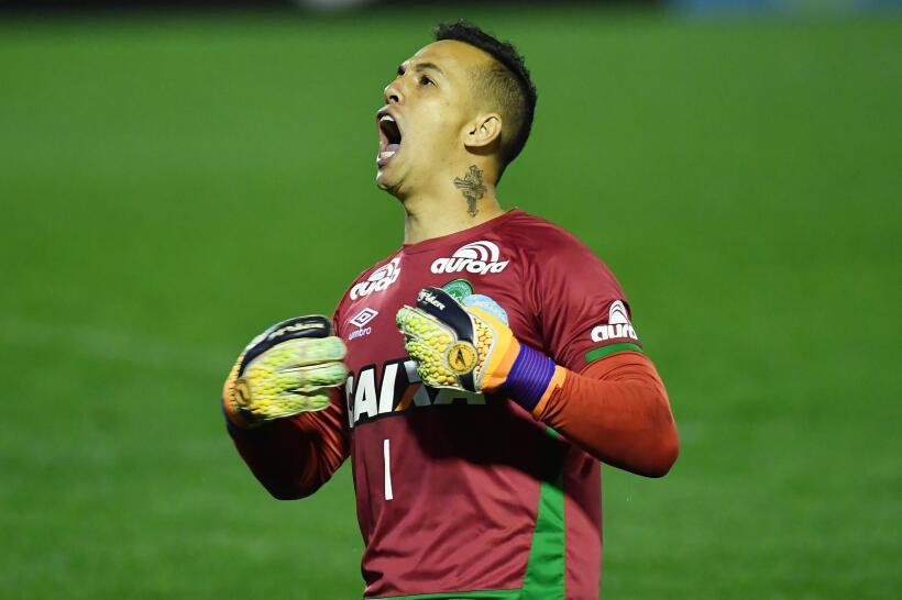 Danilo de 31 años, era el portero titular del Chapecoense, y jugó en los...