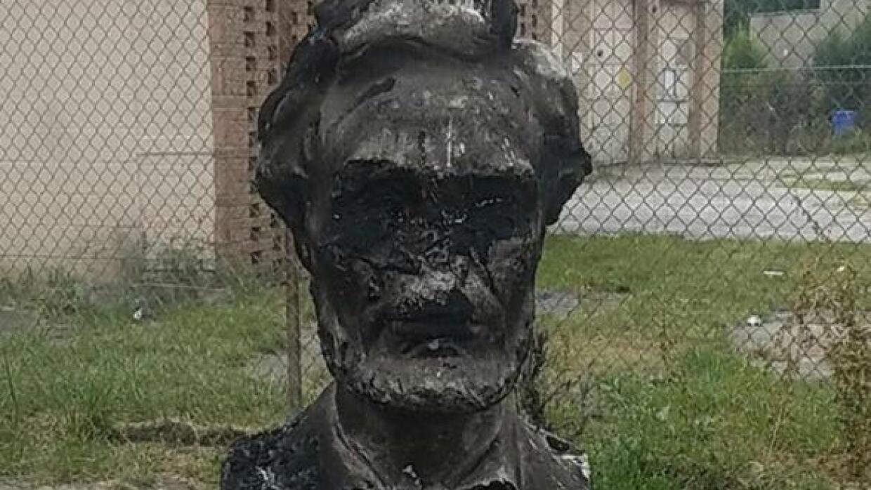 Busto de Abraham Lincoln quemado