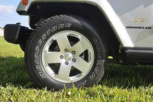 Los rines de 18 pulgadas con las letras del neumático en blanco forman p...