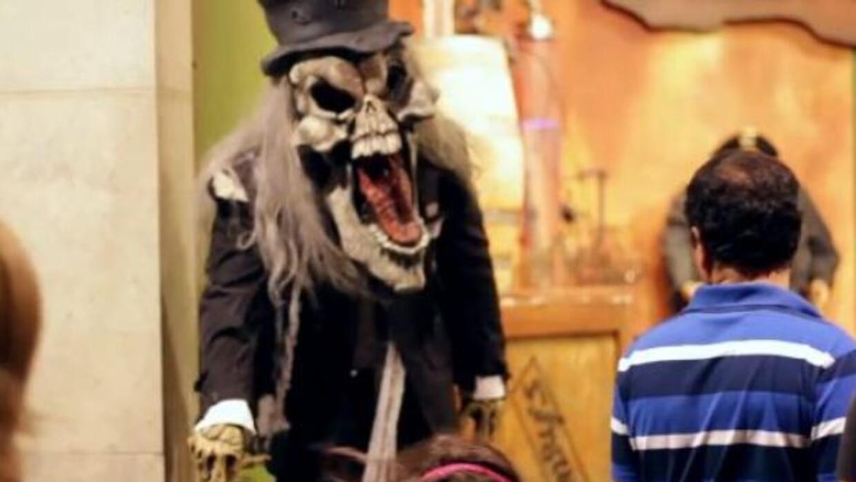 Este es un divertido video de bromas de Halloween a los transeúntes de S...