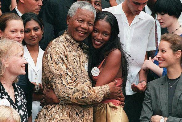 Nelson Mandela acompañado por la modelo Naomi Campbell en el año 2000.