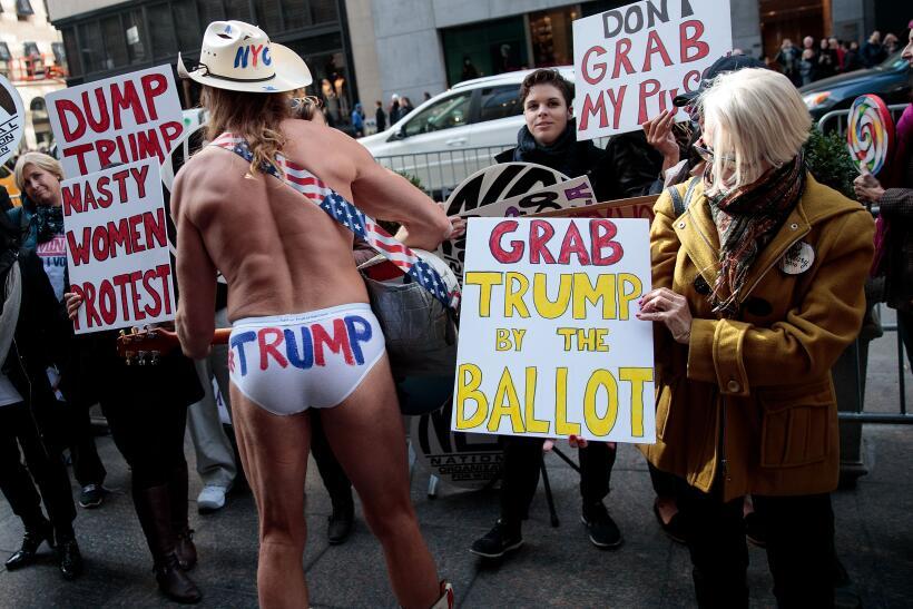Mientras el Vaquero desnudo hace campaña por Donald Trump frente...