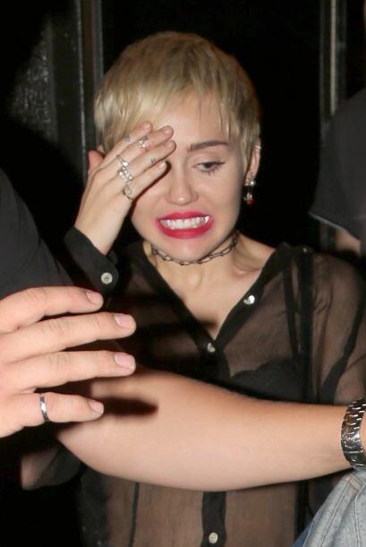 Esa cara de ¡Chin, me descubrieron! es típica de Cyrus cuando hace una t...