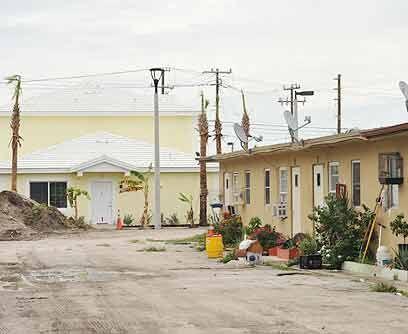 Lo viejo y lo nuevoLas antiguas viviendas donde las familias campesinas...